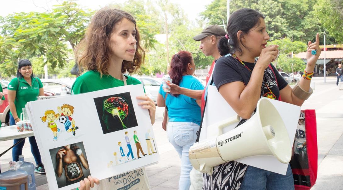 メキシコの地域住民に栄養の重要性を訴える国際開発インターンたち